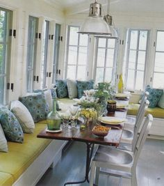 banquette cuisine d'angle rembourrée et coussins colorés décoratifs