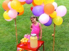 DIY lemonade stand with balloons. Summer lemonade. Balloon time. DIY Balloon arch. Big hero 6 party. Honey lemon. #diylemonadestand #balloonarch