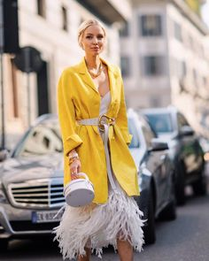 In the mood for happy yellow vibes - and feathers 💛Anzeige/Tags Bold Fashion, Fashion Group, Fashion Outfits, Fashion Trends, 70s Fashion, Leonie Hanne, Streetwear, Oufits Casual, Ootd