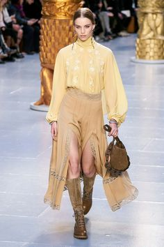 Chloé Fall 2020 Ready-to-Wear Collection - Vogue Daily Fashion, Fashion Week, Fashion 2020, Winter Fashion, Fashion Trends, Street Fashion, High Fashion, Mode Streetwear, Streetwear Fashion