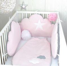 Tour de lit bébé en 70cm large, nuages, 3 grands coussins rose tendre et gris à pois blancs : Linge de lit enfants par petit-lion