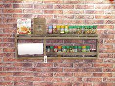 Wunderschönes Gewürzregal aus Palettenholz mit Küchenrollenhalter. Jedes Regal ist ein Unikat und wird individuell hergestellt. Holzfarbe und Maserung sowie Beschaffenheit sind jedes Mal anders...
