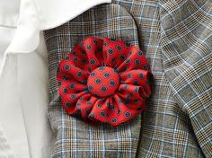 Turn old ties into a beautiful brooch or boutonniere with this simple tutorial … - DIY Projects for Men Tie Crafts, Fabric Crafts, Sewing Crafts, Sewing Projects, Karneval Diy, Necktie Quilt, Old Ties, Diy Accessoires, Shoe Clips