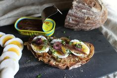 レシピ:ピンチの時に、アンチョビとゆで卵のオープンサンド / Open sandwich with caramelized onion, boiled egg