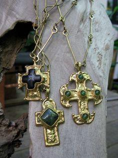 Bye bye calaveras! Da la bienvenida a las #cruces de latón con cadena de 40 cm y cruz con incrustación de ónix.