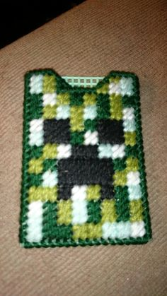 Creeper gift card holder plastic canvas Plastic Canvas Ornaments, Plastic Canvas Crafts, Plastic Canvas Patterns, Diy Bags Holder, Card Holders, Minecraft Pattern, Gift Cards Money, Diy Crafts Jewelry, Cross Stitch Baby