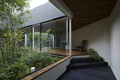 雑木林の中庭を巡る空間