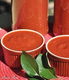 Va aminteam ieri pe facebook de o pasta de ardei grozava, dar cand am vazut cu cata pofta a papat Bogdi din ketchupul asta cu rosii si mere proaspete, culese direct din gradina, m-am razgandit :P. Va prezint, asadar, cel mai bun si aromat ketchup de casa, perfect pentru copii!!! Eu am facut portie dubla, si cred c-o sa mai fac :D Ingrediente pentru o portie: - 1 kg. rosii - 2 mere mari - 2 cepe potrivite - 5 catei de usturoi - 1 lingurita boia dulce (optional) - 1 lingura rasa de sare…