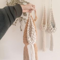 Knitting Patterns Tutorial pocket hanger for air plants tutorial Welcome to my channel 'Lovely Lady Art & DIY'. Today's video is about Macrame Air Plant Hanger. Crochet Pattern - Check this out now! Hanging baskets with a tassel There is something O Macrame Design, Macrame Art, Macrame Projects, Macrame Knots, Crochet Projects, Crochet Home, Diy Crochet, Crochet Ideas, Crochet Pattern