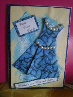 Der Hintergrund ist Acryl-Spachtelmasse mit Glimmer. Dadurch wird leider der Hintergrund leicht wellig. Aber das Kleid ist der Hit :-)