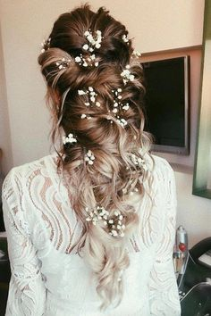 21 flower-kissed bridal hairstyles that don& have crowns .- 21 Blumengeküsste Brautfrisuren, die keine Kronen… – – Nora K. 21 Flower-kissed bridal hairstyles that have no crowns … – # Flower-kissed … – # Flower-kissed - Country Wedding Hairstyles, Wedding Hairstyles For Long Hair, Down Hairstyles, Flower Hairstyles, Indian Hairstyles, Curly Wedding Hairstyles, Formal Hairstyles, Elegant Wedding Hairstyles, Bride Hairstyles With Veil