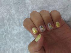 Esmalte amarelo da Ellen Gold cor Segundo Sol e nail art de flores