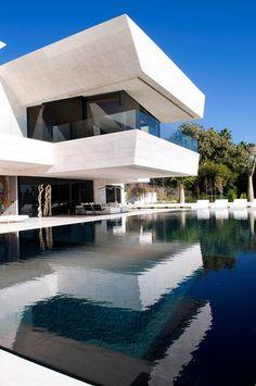 Ένα σπίτι-όνειρο με θέα τη Μεσόγειο Exterior Design, Interior And Exterior, Room Interior, Luxury Boat, Modern Properties, Modern Pools, Pool Designs, Modern House Design, Land Scape