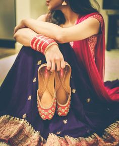 Looking for a punjabi jutti to glam up your wedding dress? Wait, juttis have lot more to offer. check this label for how to wear jutti with any outfit. Pakistani Dresses, Indian Dresses, Indian Outfits, Indian Attire, Indian Ethnic Wear, Indian Style, Desi Clothes, Ethnic Clothes, Women's Clothes