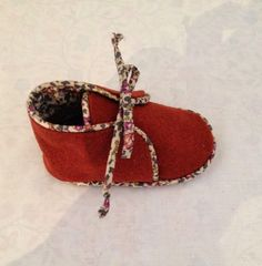 Learn how to crochet these cute baby shoes with beads. Learn how to crochet these cute baby shoes with beads. Sewing For Kids, Baby Sewing, Diy For Kids, Sewing Diy, Cute Baby Shoes, Crochet Baby Shoes, Baby Couture, Couture Sewing, Wedding Dresses For Girls