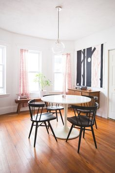 I love the contrast between the white tulip table and black spindle chairs