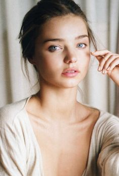 [Miranda Kerr, photographer unknown] Love the natural look and simplicity.