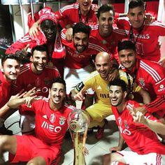 A equipa do Benfica, a festejar a conquista da Taça da Liga no balneário.