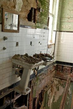 Fort Totten Army Hospital in Bayside, Queens: Floor is gone, but the plumbing holds up the sink. Abandoned Property, Abandoned Asylums, Abandoned Places, Old Buildings, Abandoned Buildings, Abandoned Detroit, Abandoned Castles, Bg Design, Abandoned Hospital