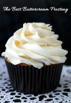 The Best Buttercream Frosting really lives up to it's name, it definitely is the best we've ever tried and so easy to make. This Buttercream Frosting will make anything you put it on taste better - we promise! For more great cupcake decorating ideas fol Frost Cupcakes, Gold Cupcakes, Oreo Cupcakes, Vanilla Cupcakes, Köstliche Desserts, Delicious Desserts, Health Desserts, Cupcake Recipes, Dessert Recipes
