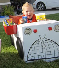 Little drive-in movie cars made from cardboard boxes. Drive in theater party Outdoor Movie Party, Movie Night Party, Family Movie Night, Backyard Movie Nights, Outdoor Movie Nights, Drive In, Craft Activities For Kids, Crafts For Kids, Summer Activities