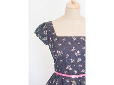 a9d894ec9ec LORETTA retro šaty černé s kytičkami. šaty mají hranatý výstřih a plně  kolovou sukni řasené