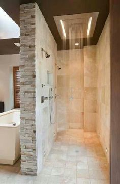 Pommeau jet pluie et LED pour la douche italienne aux murs de pierre