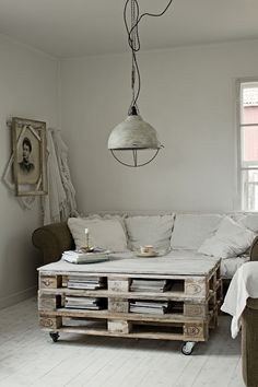 Coffee table...looks like you need at least 3 pallets...
