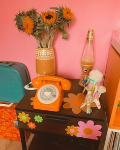 Do you like retro style home decor? Come check these 30 creative retro home decoration ideas and you will definitely love these home decor design ideas. 70s Bedroom, Retro Bedrooms, Retro Living Rooms, Quirky Home Decor, Cheap Home Decor, My New Room, My Room, Retro Room, Aesthetic Room Decor