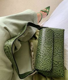 Discover recipes, home ideas, style inspiration and other ideas to try. Weekender, Look Fashion, Fashion Bags, Green Fashion, Fashion Women, Fashion Accessories, Fashion Trends, Mint Green Aesthetic, Mode Ootd