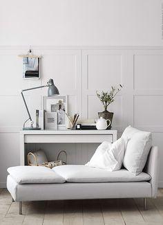 Lambrisering in een modern jasje   IKEA IKEAnl IKEAnederland SÖDERHAMN chaise longue inspiratie wooninspiratie interieur wooninterieur wit ARÖD bureaulamp lamp MALM toilettafel kamer woonkamer doityourself