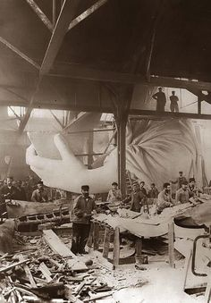 Construction of the Statue of Liberty 1884 <3 -Impressionante  a proporção de tamanho entre homens e estátua.