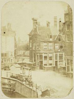 Gezicht op de hoek van het Muntplein en de Reguliersbreestraat in Amsterdam vanuit het huis van de fotograaf, Eduard Isaac Asser, c. 1852 - c. 1857
