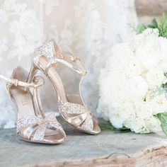 Gold shoes and white bouquet. Sparkly Wedding Shoes, Sparkly Pumps, Wedding Shoes Bride, Glitter Wedding, Bride Shoes, Long Gown For Wedding, Tea Length Wedding Dress, Shose Heels, Glitter Shoes