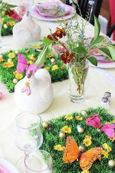 Une poule et des fleurs pour une déco de table de Pâques.