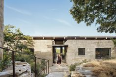 Canyon Preserve entry through rugged rock stairs Lake Flato, Stair Steps, Wood Stone, Stone Houses, Building Materials, Building Ideas, Prefab Homes, Barndominium, Exterior