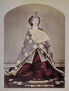 明治的華族禮服  Kusakabe Kimbei - 183 The Empress of Japan.jpg