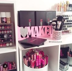 How cute is the I <3 makeup sign. Definitely need to recreate and not in pink.