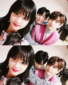 Jisoo, Jinyoung, and Doyoung. Park Bo Gum Irene, Korean Best Friends, Fandom Kpop, Blackpink Memes, Kpop Couples, Got7 Jinyoung, Black Pink Kpop, Blackpink And Bts, Korean Bands