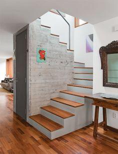 Fotografia de Lavabo em baixo da escada por Designer De Interiores #1093357. Se você tem altura suficiente pode fazer com que o vão abaixo da escada abrigue um banheiro social, tornando o espaço um local muito mais versátil. Para criar contraste com o piso e a escada, as paredes externas do lavabo foram revestidas com cimento queimado.