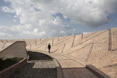 Galería de Clásicos de Arquitectura: Biblioteca Virgilio Barco / Rogelio Salmona - 6 Architecture Today, Landscape Architecture, Landscape Design, Pavilion, Interior And Exterior, Brick, Sidewalk, Louvre, Building