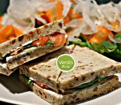 Pranzo veloce? Assaggia i nostri super sandwich tra cui quello con Salmone, mele golden e salsa allo yogurt, accompagnato da una croccante insalata! Ordinalo su verdi-s.it/delivery   Quick lunch? Taste our super sandwiches including the one with salmon, golden apples and yogurt sauce, accompanied by a crispy salad! Order on verdi-s.it/delivery #food #sandwich #panino #pranzo #delivery #healthyfood #healthy #verdis #sanoappetito #good #food #milan