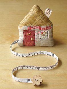 un mètre-ruban dans une petite maison