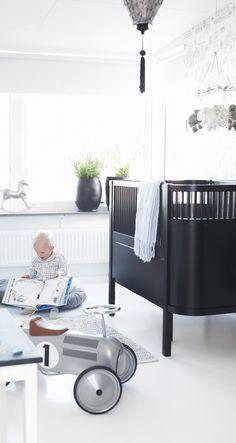 Jenny ville att Isaacs rum skulle följa det svart-vita stilen som finns i resten av huset, men självklart får allt lekas med och sittas på. Barnbordet från Ikea har målats med svart tavelfärg, stolarna är från Mairo och vägghyllan kommer från Olivier Furniture.