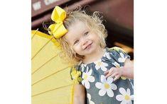 Um laço simples de fita amarela é uma opção fácil. Foto: Pinterest/Imani Gray