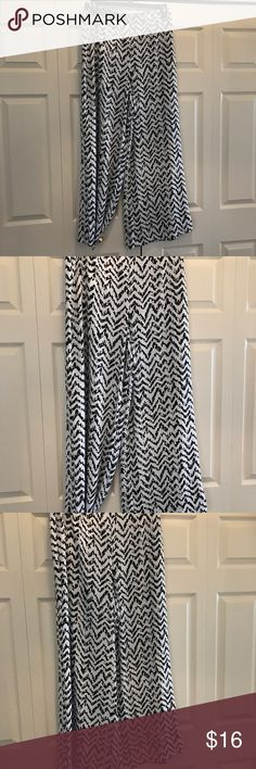 Closet Clear Out! Jennifer Lopez Wife Legged Pants By Jennifer Lopez Designs, these white and Black wide leg pants are perfect for Spring & Summer. Light weight and flows this material is simply gorgeous . Size. L Pants Wide Leg