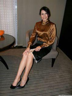 Old Lady in Satin Blouses Satin Top, Satin Skirt, Satin Dresses, Silk Satin, Sexy Blouse, Blouse And Skirt, Sexy Older Women, Sexy Women, Elegantes Outfit Frau