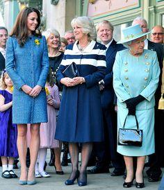 Cor real: Kate Middleton e Camilla Parker Bowles acompanham a Rainha em aparição oficial, todas de azul.