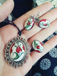 HUZUR SOKAĞI (Yaşamaya Değer Hobiler) Ceramic Pendant, Ceramic Jewelry, Ceramic Vase, Turkish Art, Turkish Tiles, Jewelry Sets, Jewelry Necklaces, Fashion Portfolio, Glazes For Pottery