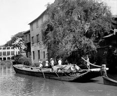 Casco boat pushed along with poles, Binondo, Manila, Philippines, June 1934 b Old Pictures, Old Photos, Intramuros, Philippines Culture, Filipino Culture, University Of Wisconsin, Spanish House, Manila, Old Things